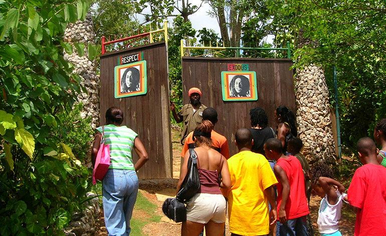 El atractivo turístico de Jamaica pasa por la tumba de Bob Marley. Una de las más visitadas del mundo. Conocen la colección de objetos personales y artísticos de Marley y la entrada a su tumba, donde el respeto obliga a descalzarse.