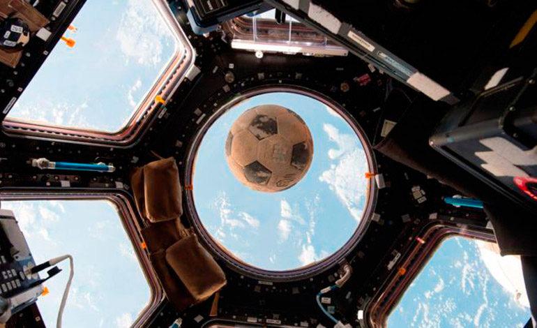 La conmovedora historia detrás del balón de fútbol que llegó al espacio