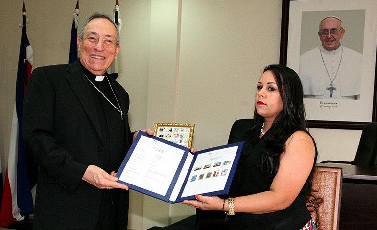 Presentan estampillas conmemorativas a la Arquidiócesis de Tegucigalpa