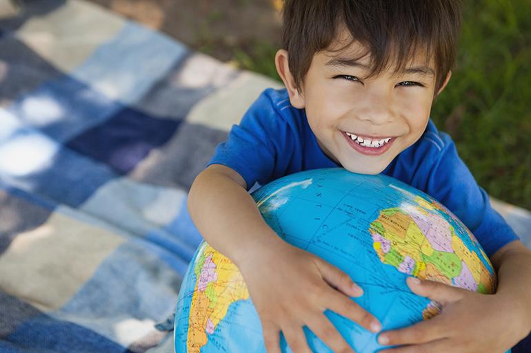 Enfant tenant le globe terrestre