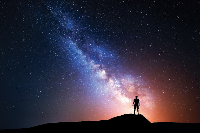Homme devant les étoiles