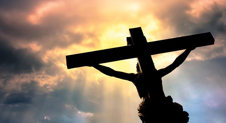 Jesus sur la croix regarde vers le ciel