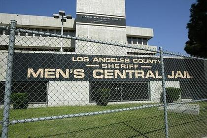 Exterior-fence-of-LA-men's-central-jail