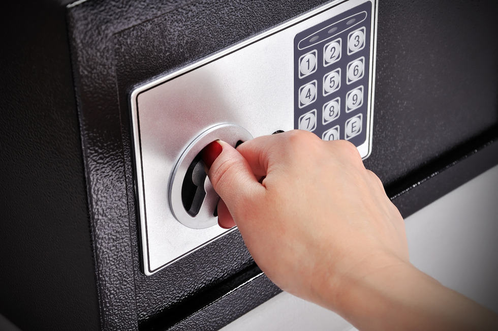 hand-opening-combination-lock-on-safe