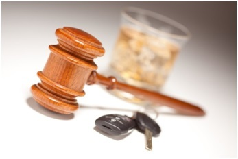 Gavel-beside-car-keys-and-alcohol