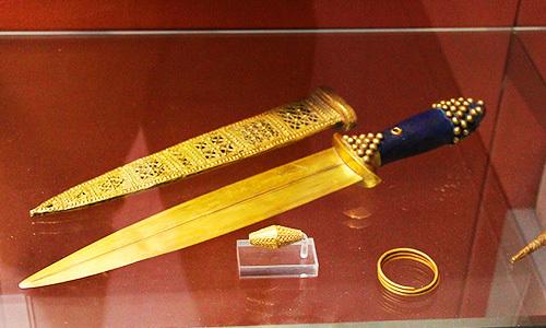 dirk dagger in a museum case