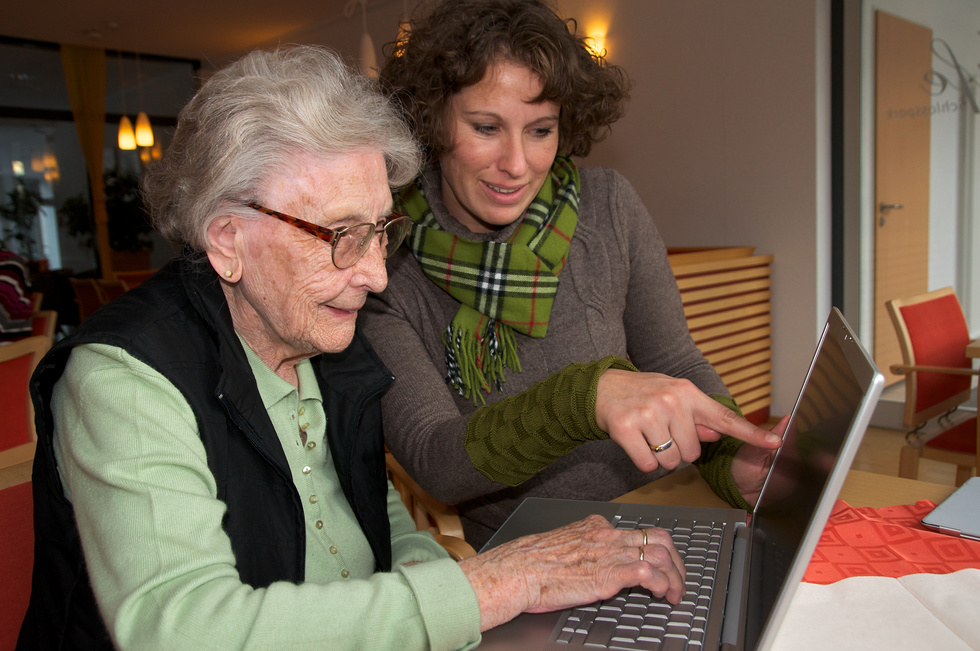 elder 20lady 20with 20laptop