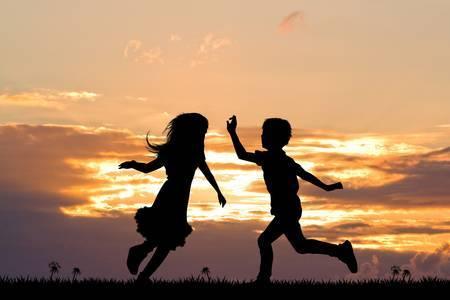 50403756 bambini felici al tramonto