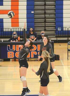 Madi Varner resets for the kill as Union upended Ridgeview. PHOTO BY KELLEY PEARSON