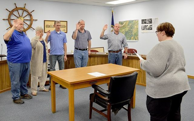 OATH OF OFFICE – Leeanna Wilkerson, City Attorney, far right, recites the oath of office for the newly elected Hickman City Commissioners and Mayor on Dec. 20, following a Special Called meeting. Commissioners for 2019-2020 are from left, James Adams, Judy Powell, Phillip Williams, and Robert Griggs. Heath Carlton, was sworn in as the new Mayor of Hickman. (Photo by Barbara Atwill)