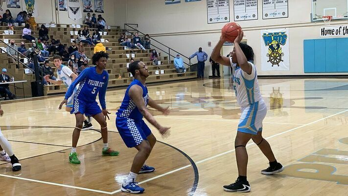 CALL FOR HELP – Fulton County High School Pilot DiAvian Bradley searches for an open teammate during their match-up against Fulton City Feb. 5. (Photo by Mark Collier)