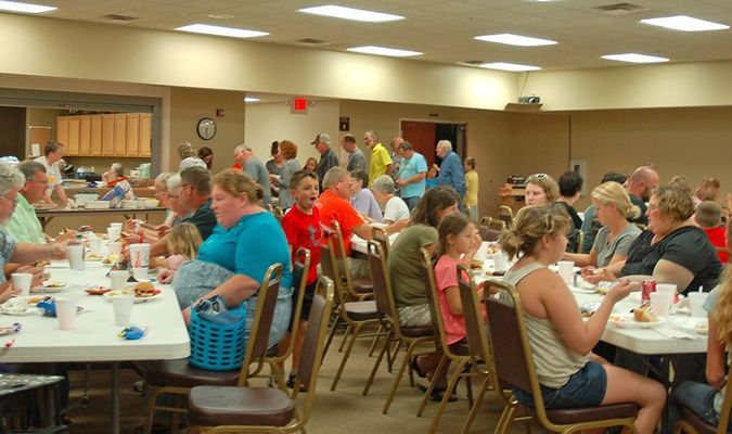 Lamar Democrat/Melody Metzger A large crowd filled the Lamar First Baptist Church Fellowship Hall for the church wide picnic. Hamburgers and hotdogs provided by the church, along with various goodies that were brought by church members, were enjoyed.