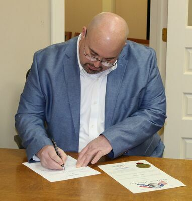 Brad Stinson wraps up the paperwork after being sworn in as the new Ralls County Sheriff.