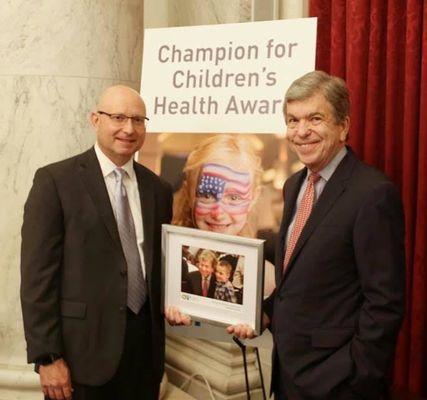 Paul Kempinski, President and CEO of Children's Mercy Kansas City, presents the Champion for Children's Health Award to U.S. Senator Roy Blunt (Mo.).