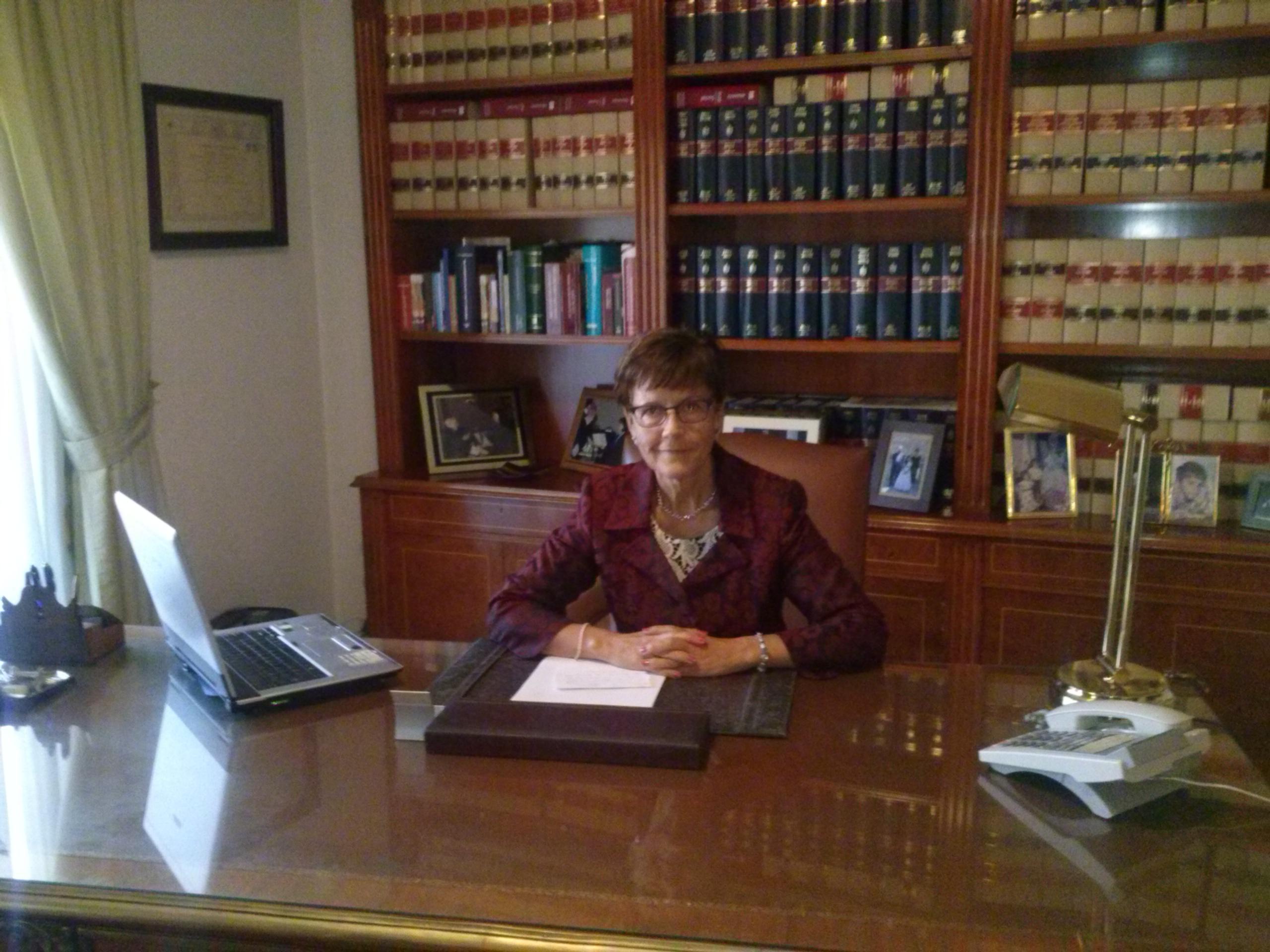 foto del despacho y titular trabajando
