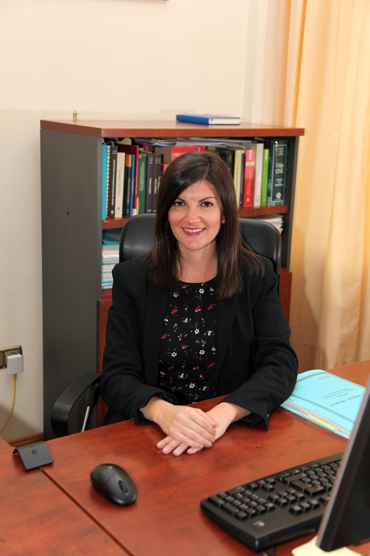 MAria Antonia Aguilar trabajando en su despacho