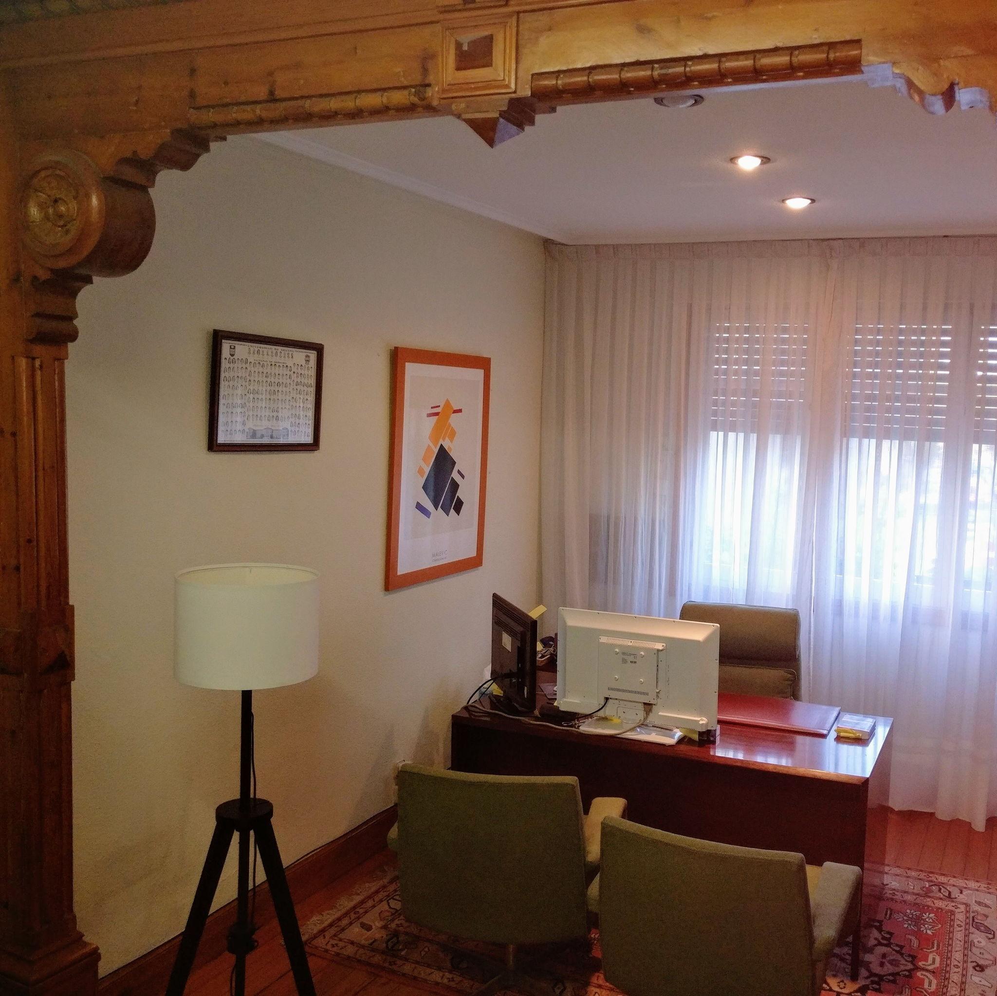 La ventana del despacho da sobre la misma entrada de los Juzgados de Bilbao. Apenas quince metros de puerta a puerta.