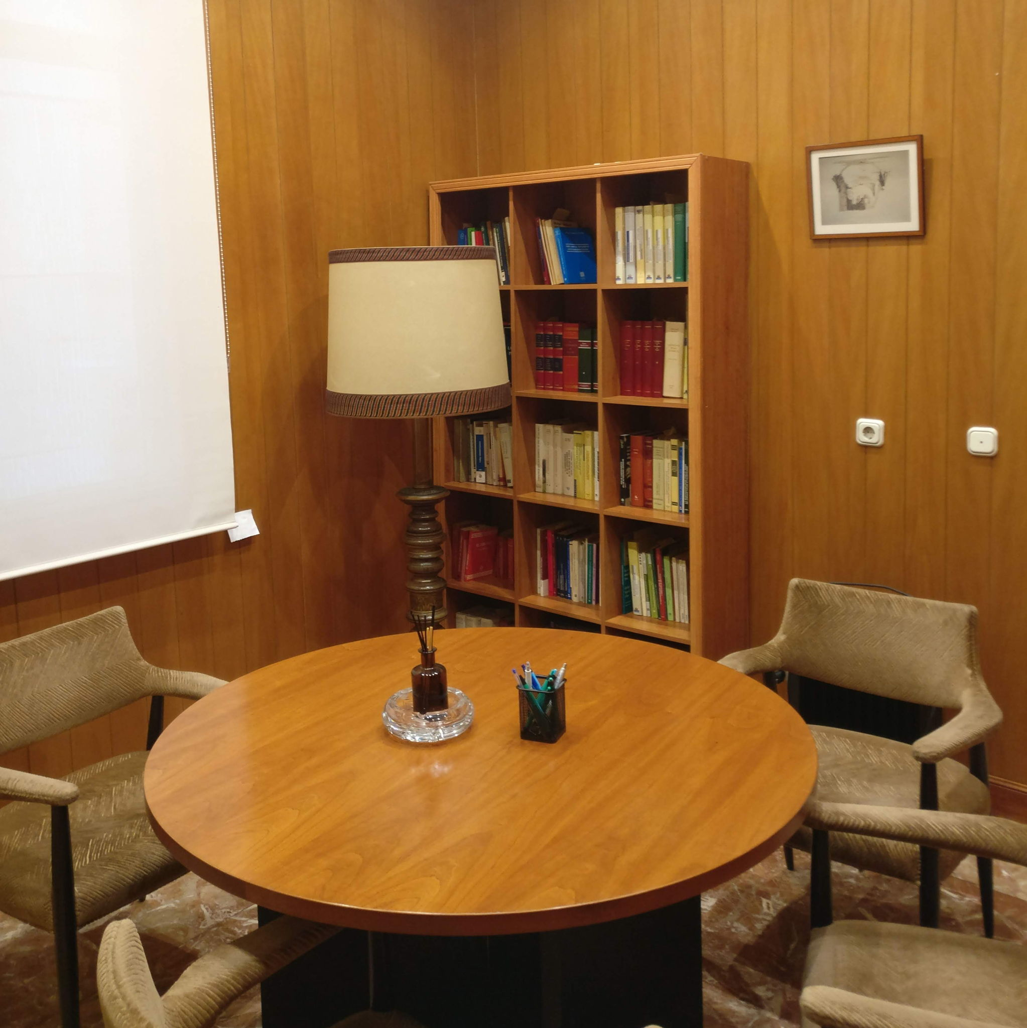 Los clientes son atendidos en salas de reuniones, separadas e independientes de los despachos de trabajo.