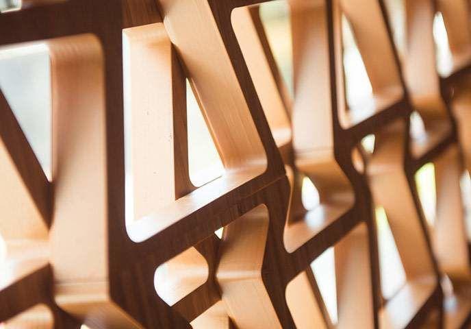 La façade d'INTERSECT se distingue de loin; elle est constituée d'écrans de bambou japonais superposés qui répètent le motif de la calandre trapézoïdale en sablier, la nouvelle signature de Lexus.