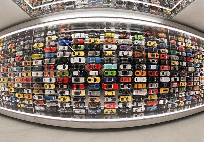 Dans la salle de toilette à l'atmosphère discrète du deuxième étage, le thème de l'automobile est clairement à l'honneur, puisqu'on peut apercevoir dans ses grands miroirs les centaines de petites voitures aux couleurs vives (non, ce ne sont pas toutes des Lexus) qui sont stationnées en belles lignes droites au plafond.