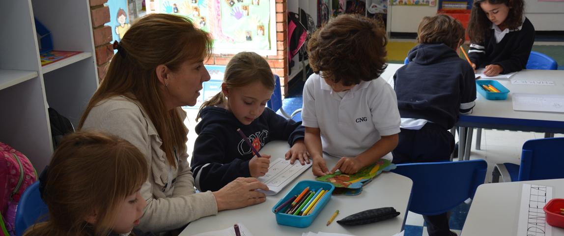 profesora con estudiantes