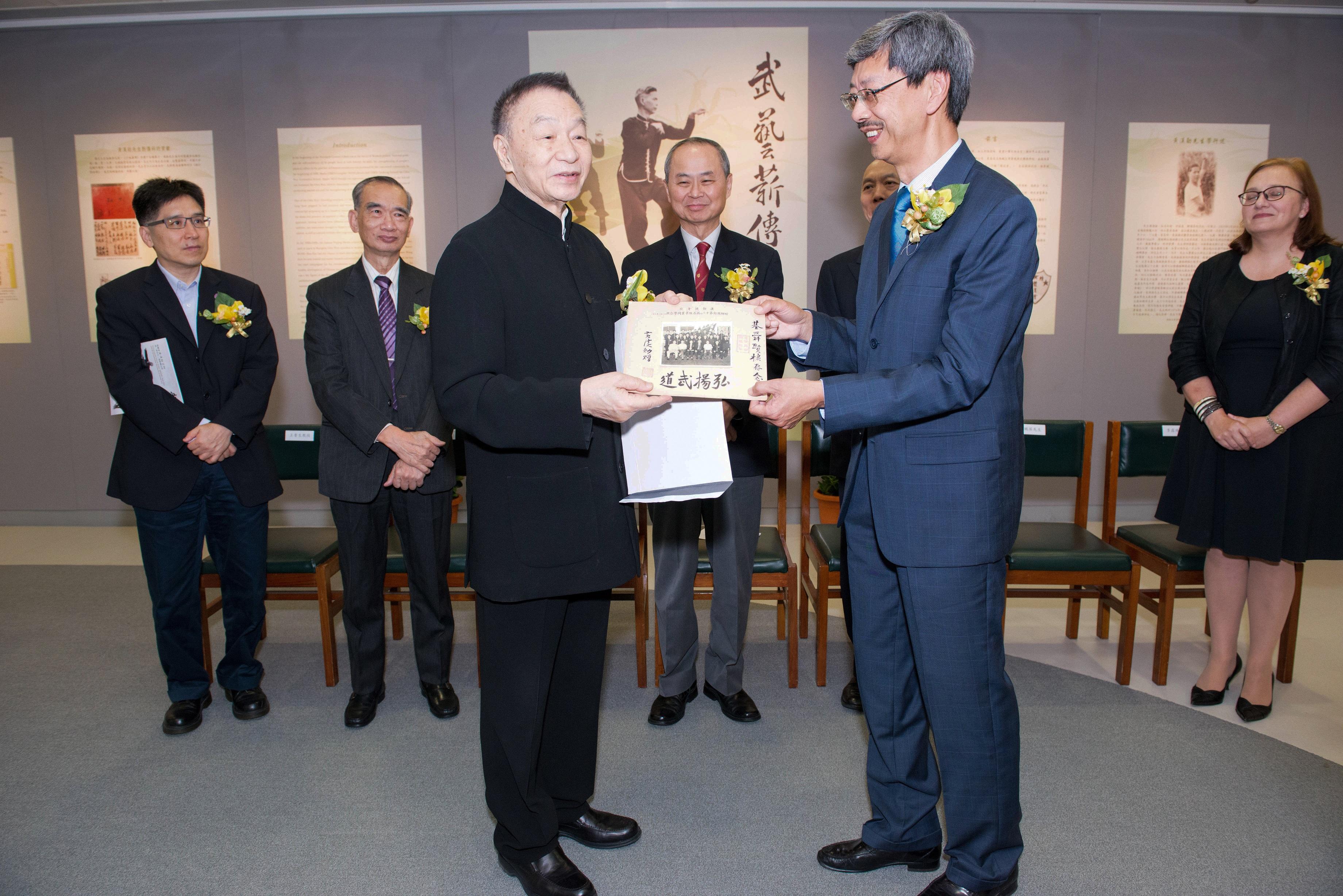 韋基舜先生致送黃漢勛先生的珍貴相片給黃鵬英先生