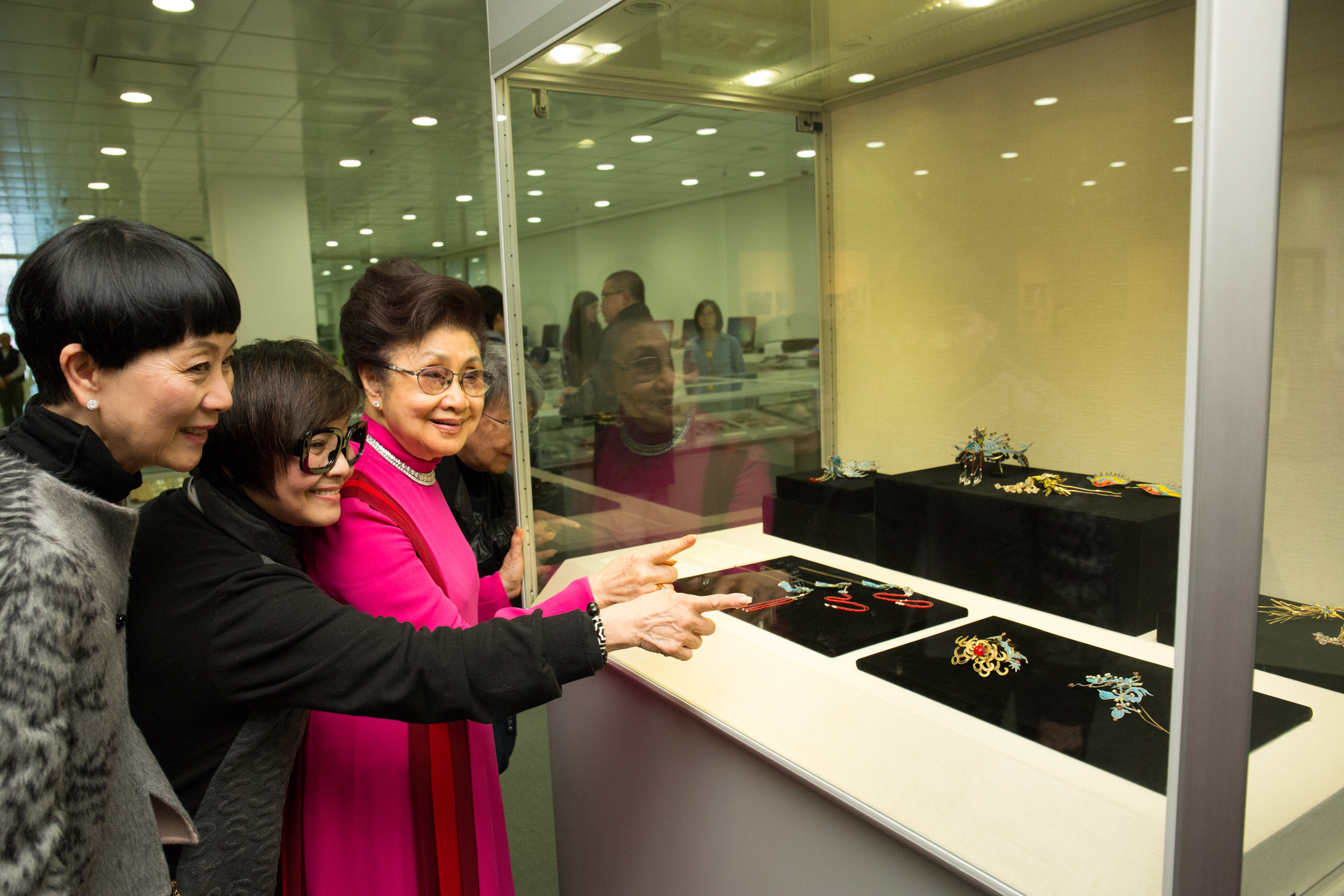 (左起)陳寶珠女士、梅雪詩女士、白雪仙博士