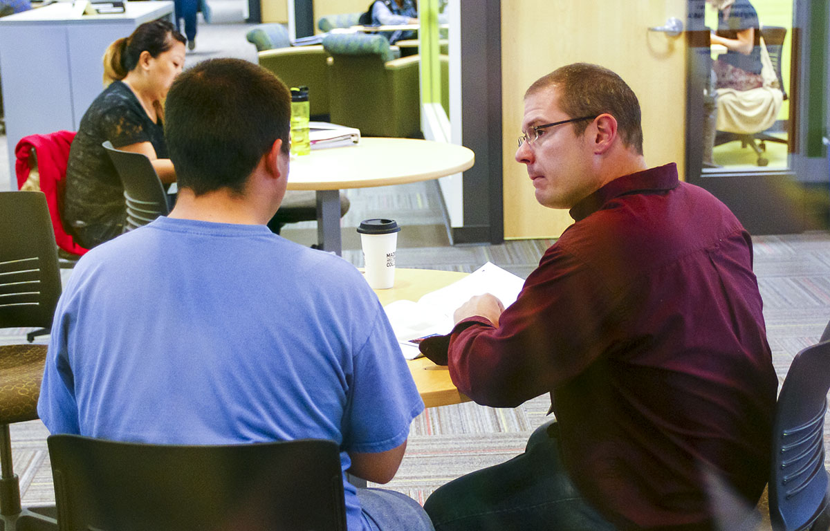 Faculty member working with a student in the SAC