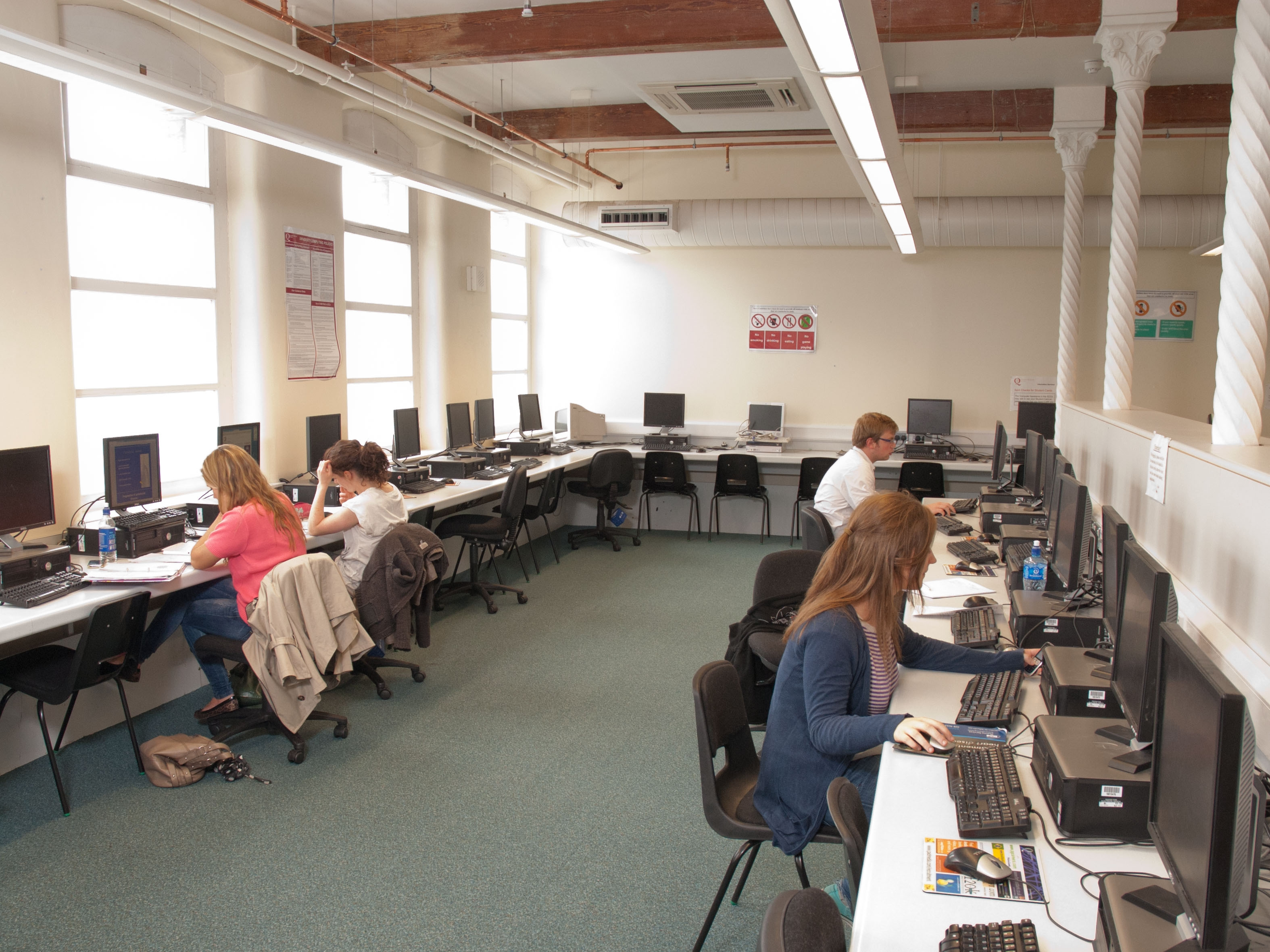 A picture of the Medical Library student computing centre.