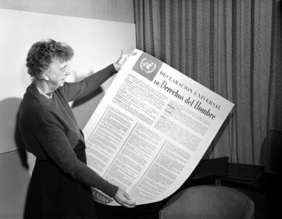 Declaración Universal de los Derechos Humanos, Sra. Eleanor Roosevelt, Estados Unidos sosteniendo un poster de la Declaración en español. [01 November 1949] Naciones Unidas, Lake Success, Nueva York foto # 117539