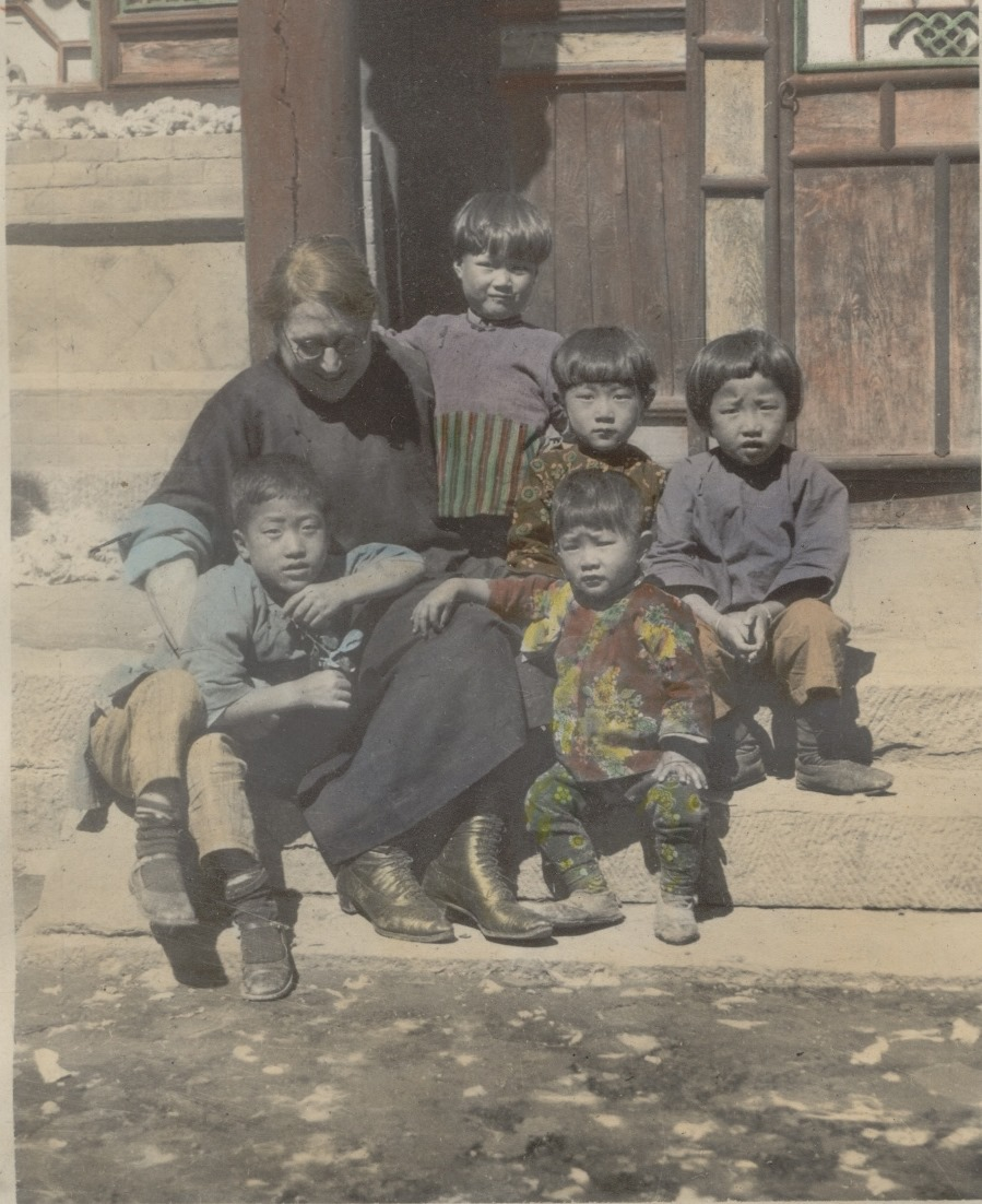 Nettie Senger with children during her mission to China
