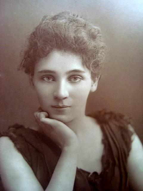 b/w photo portrait of Elizabeth Robins