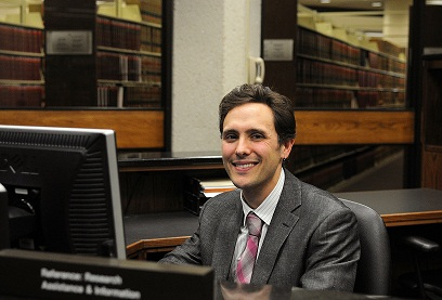 Stephen Wolfson, 2012 Tarlton Fellow, at the library's reference desk.