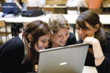 3 filles qui regardent un ordinateur