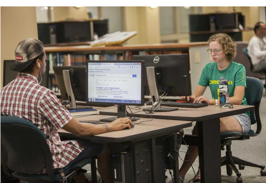 Students in Knight Library Learning Commons