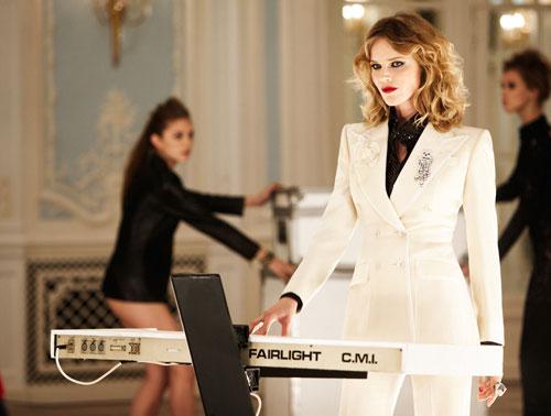 Eva Herzigova, teclado