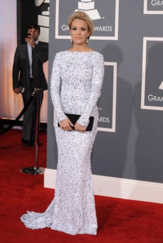 Carrie Underwood optou por branco com brilho de Gomez-Garcia