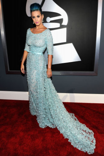 Azulzinho de Elie Saab pra Katy Perry, que voltou pro time das solteiras