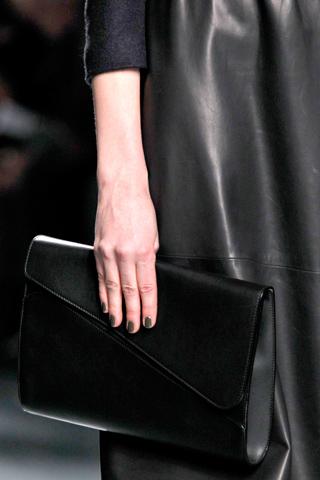 Na Dior, o esmalte era cáqui com efeito craquelado, pra parecer píton!
