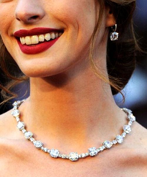 Anne Hathaway usou um colar de diamantes 94 quilates no valor de US$ 10 milhões da Tiffany