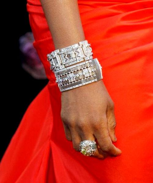 Jennifer Hudson escolheu 3 braceletes, 1 anel e 1 par de brincos - todos com diamantes e todos de Neil Lane