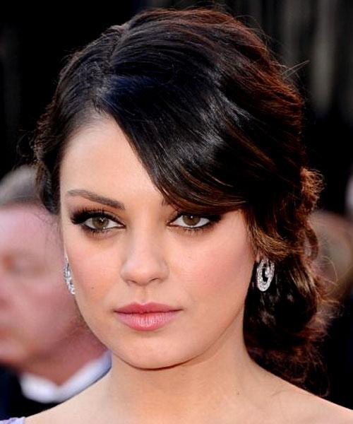 Mila Kunis escolheu brincos com pequenos diamantes, também de Neil Lane