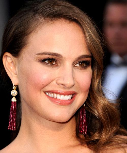 Natalie Portman foi com um par de brincos de rubelita e diamantes, mais um bracelete e um brinco usado como adorno de cabelo - tudo da Tiffany
