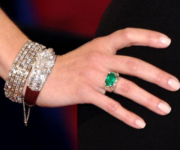 detalhe para as pulseiras e o anel dela, todos da joalheria Neil Lane, que também foi usada por outras celebridades