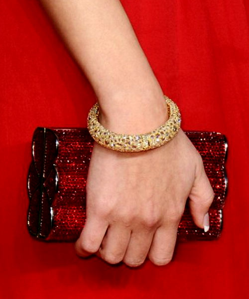 Selena Gomez usou joias de Lorraine Schwartz (outra joalheria que marcou presença por ali) e uma clutch de Judith Leiber