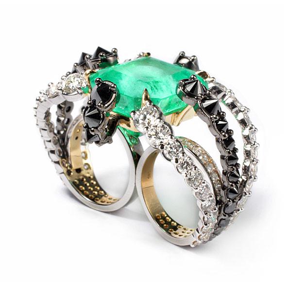 Anel Polvo, feito em ouro amarelo com esmeralda colombiana e diamantes brancos e negros