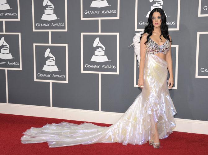 No Grammy, Katy Perry foi com um look sob medida da Giorgio Armani... com asas!