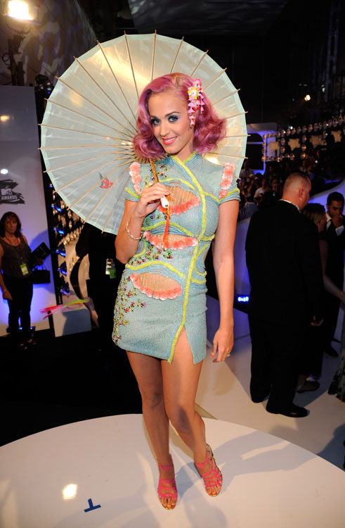 Ela chegou no VMA assim: look sob medida do Atelier Versace