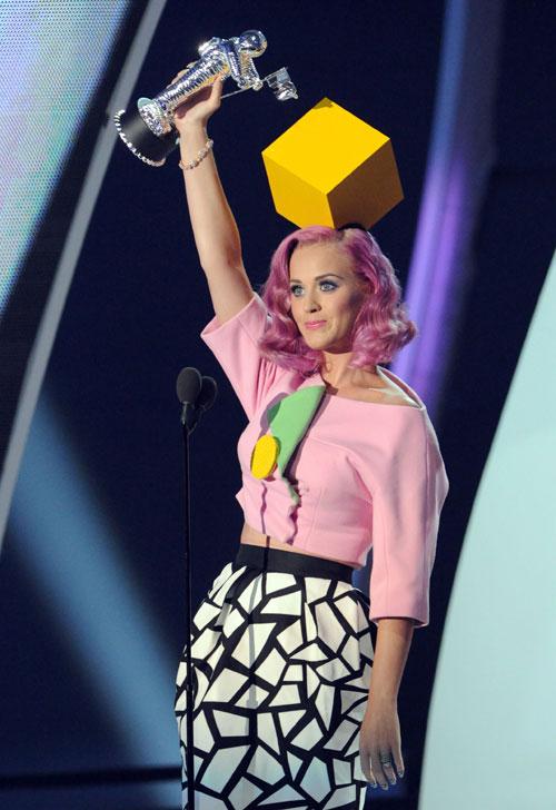 Ela subiu no palco pra receber prêmio assim: alta-costura da Dior, com direito a cubo na cabeça e tudo