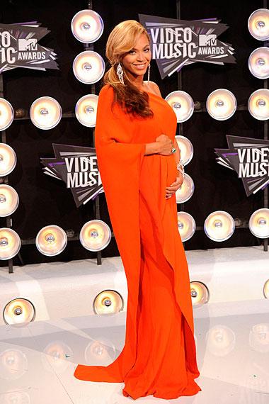 Beyoncé de Lanvin no tapete vermelho: mão na barriga de grávida pra completar o look!